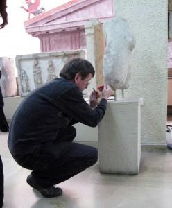 Ao.Univ.-Prof. Dr. Walter Prochaska bei der Entnahme einer Probe im Museum in Istanbul.